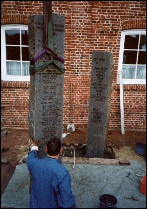 Errichtung der Stelen am Sande (Foto: urian)